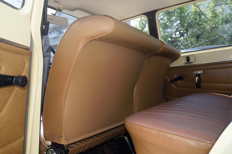 しかもシートバックはこの形状!美しいだけではありません!後席の足元が広い上に、万が一の衝突時に、反り返った部分が後席乗員の衝撃を吸収するのですぅ~!