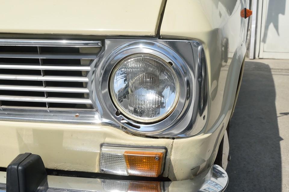 ヘッドライト、ウインカーレンズ、メッキグリルはかなりキレイな印象です。