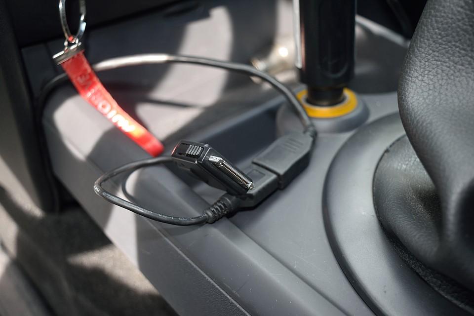 USB、及びご覧の端子形状のiPodが接続可能です。