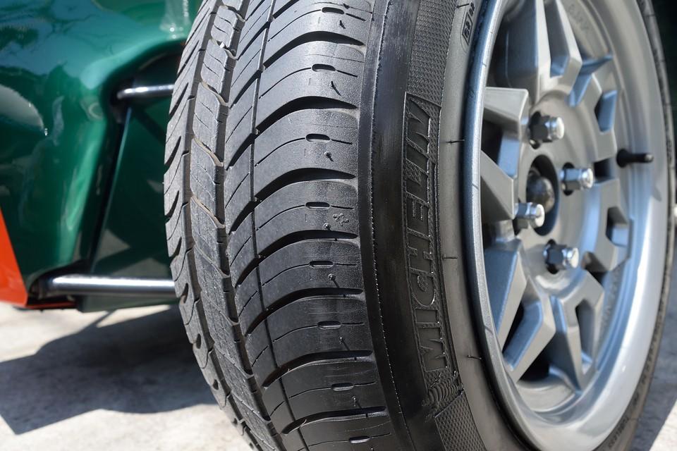 タイヤはご覧の通り!ヒゲがとれたばかりの9分山というところでしょうか。当分交換の必要はないですね。