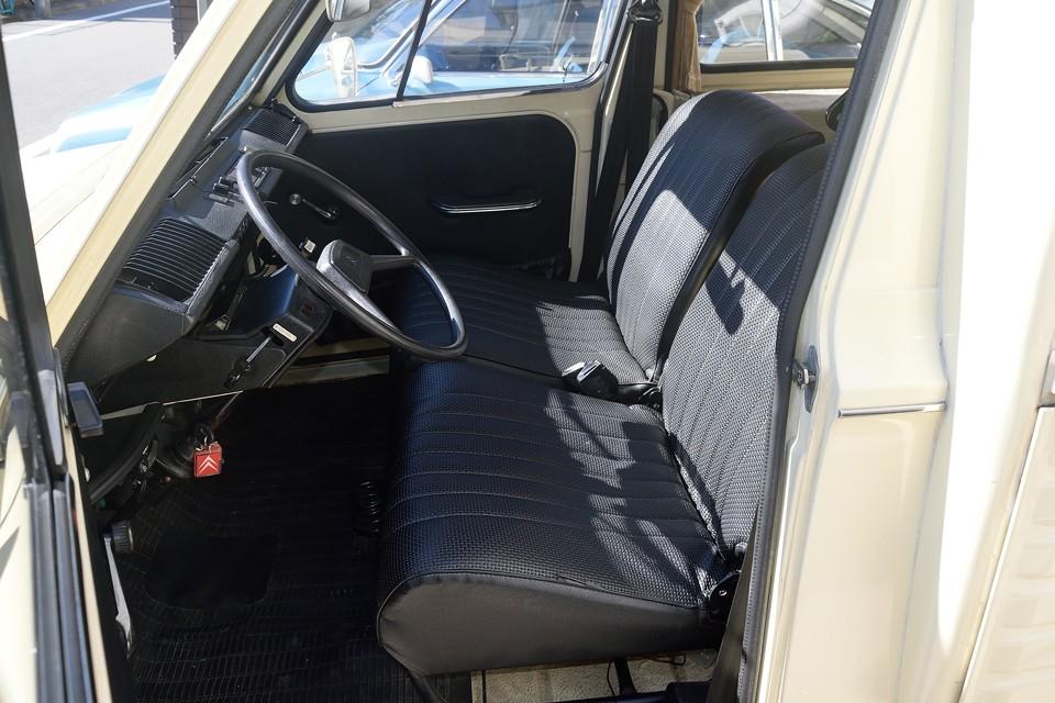 2CVと同じく、布を輪ゴムで張ったシンプルな構造のシートですが、なぜか乗り心地は「ふわふわぁ~」