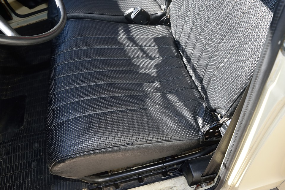 運転席のパイピングに一部、ご覧の損傷がありますが、シート自体に破れはありません!
