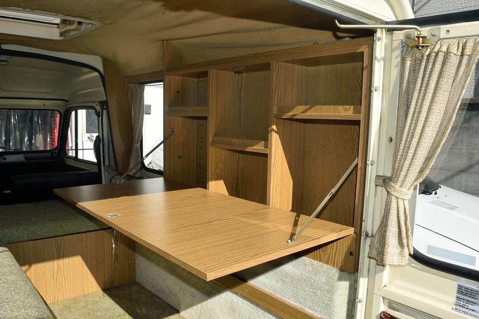 まずはテーブルと棚!ワンタッチで開く棚扉がテーブルに早変わり!棚の容量もタップリ!