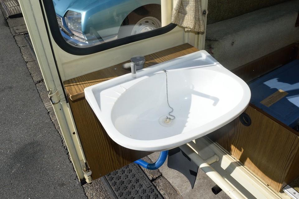 シンクを取り付ければ立派な水回りに!蛇口をひねると電動ポンプで水タンクから吸い上げる構造です。