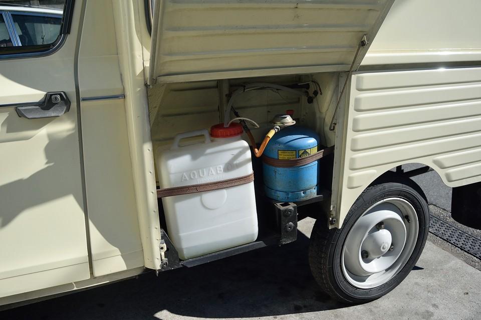 車体左側面は水タンクとプロパンボンベ収納スペース。良く出来てるなぁ~。