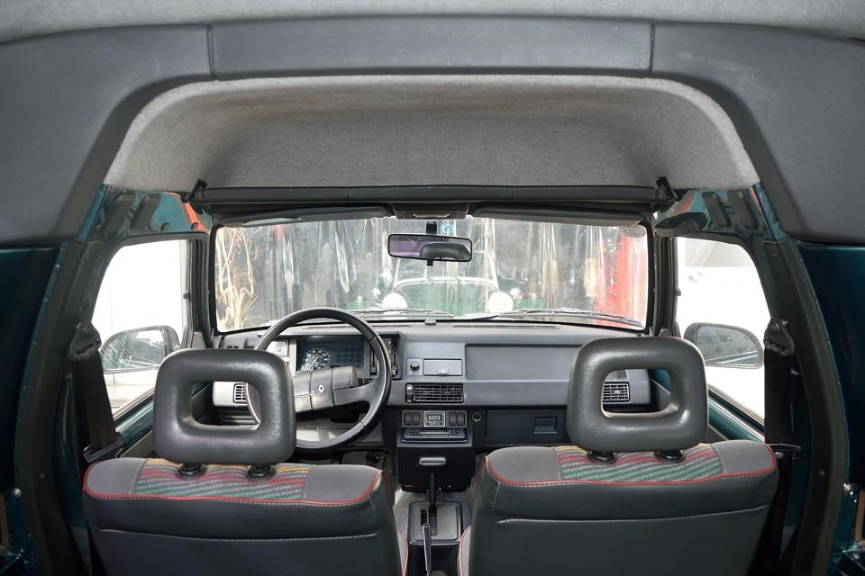 前席上部に巨大な物入れを装備!これで車内が片づけられない方・・・明らかに問題はクルマでは無く、あなたかと・・・(笑)