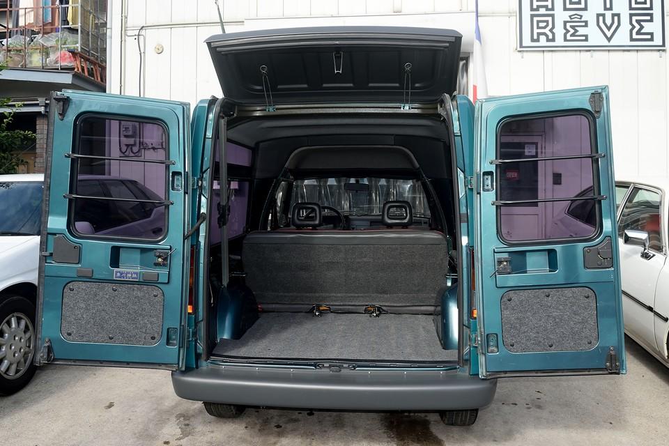 ジラフォン(上部ドア)を開ければ、荷室に収まらない長~いものも積めます!ジラフォンはストッパー付なので、このまま走行も可!