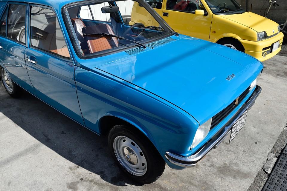 フランス車はこういうPOPなカラーが似合います。さすがに塗装はかなり劣化ありますが、全体的にバランス良く劣化している(笑)ので、それほど印象は悪くないと思います。