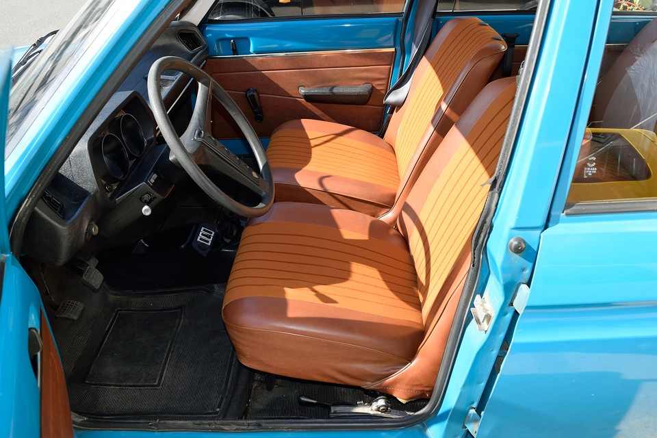 シートはもちろんフランス車定番のタップリフワフワシート!このサイズのクルマだからってシートも簡素に・・・ってしないのがフランス車!ご覧の通り目立つスレや破れはありませ~ん!