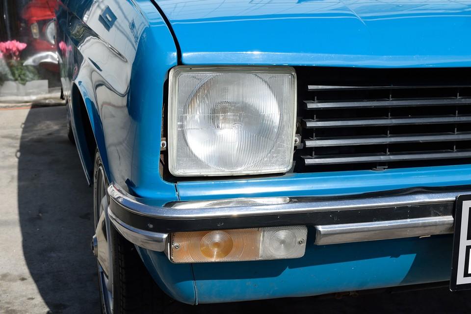 ヘッドライトは若干の劣化はありますが、車検取得に問題無いくらいの光量はありそうです。