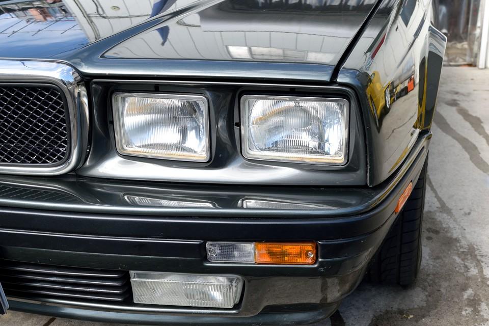 ヘッドライトやウインカーレンズにも目立った劣化はありません。ヘッドライトの反射板が黄色く劣化してる様に見えるのは隣のクルマの映り込みです。念のため。