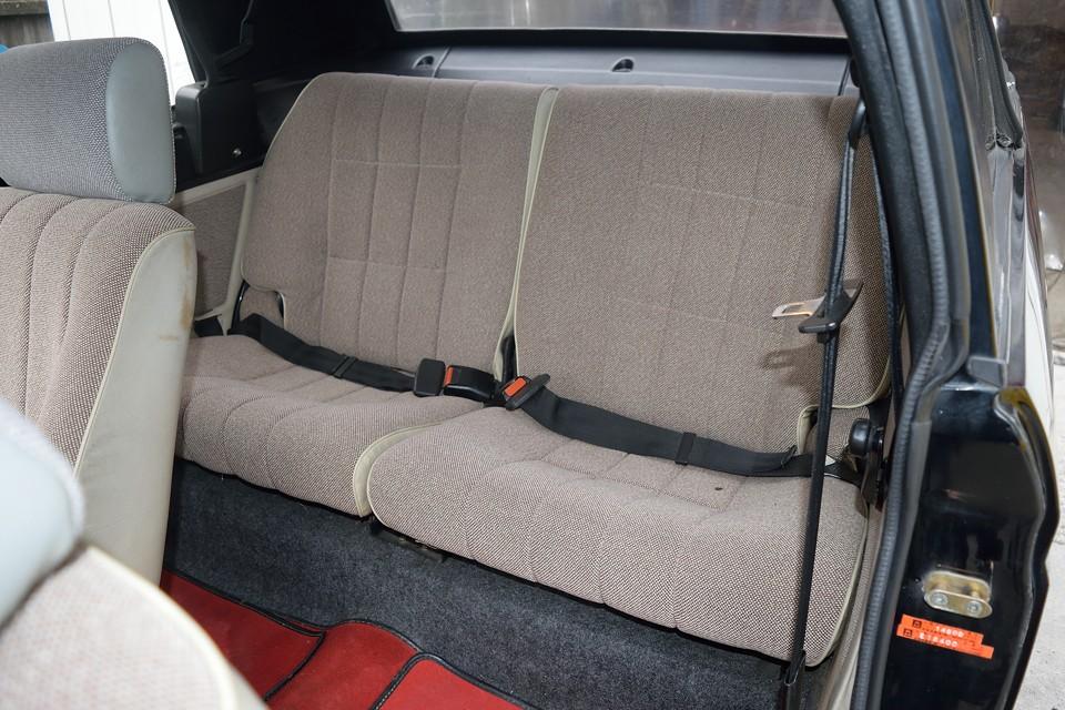 このボディサイズでこの後席スペースは優秀!実はカブリオレって後席が特等席なんですよね~。視界を遮るものも無く、頭上はすべて空!ですから。