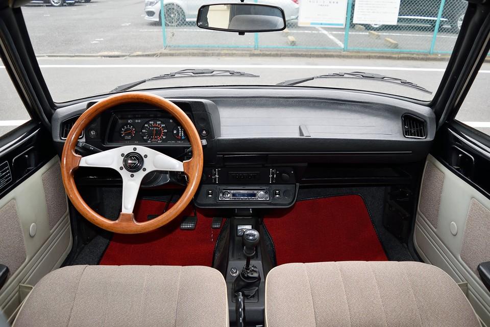 ダッシュや中央の操作パネルはプジョー104と共通ですが、シートや内張りのおかげで雰囲気はかなり落ち着いた印象です。やるなぁ~タルボ。