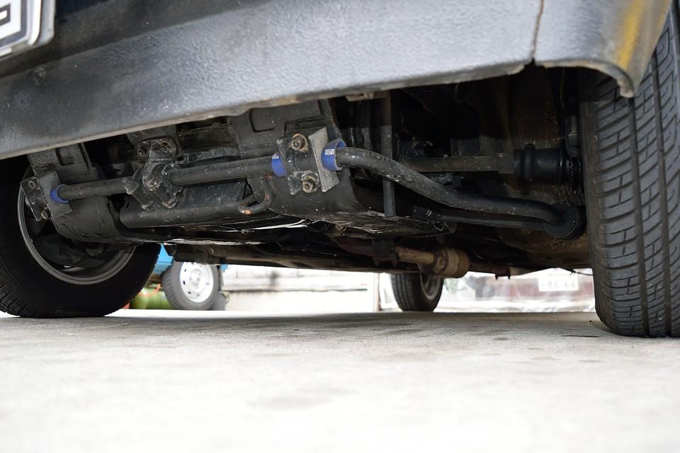 フロント下面です。少しオイルで湿った感じはありますが、明らかにオイル漏れという状態ではありません。左Fドライブシャフトブーツは要交換状態ですが、車検整備費用に含みますのでご安心を。