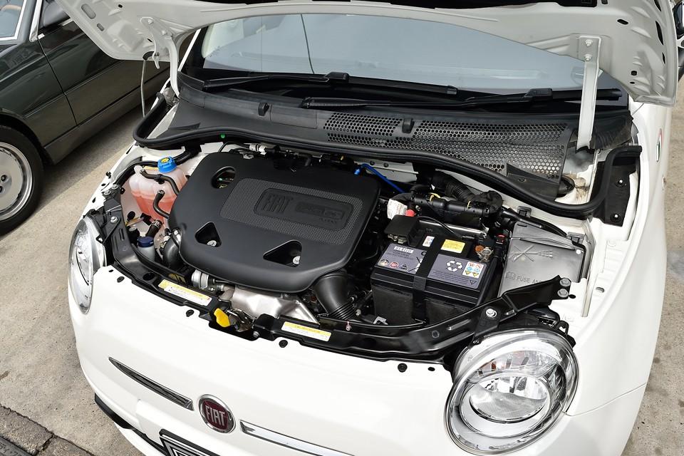 真新しいエンジンルーム!触っても手が汚れないくらいにキレイな状態です!0.8万kmですからね。