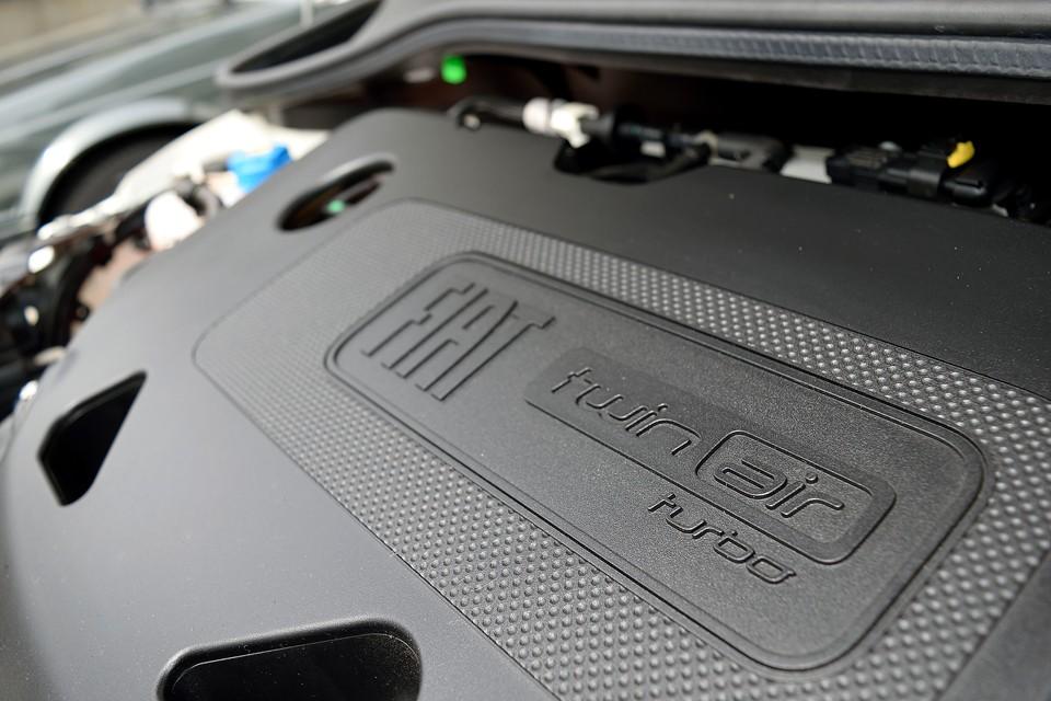 85ps/5500rpm、14.8kg・m/1900rpm を発生する900cc 直列2気筒8バルブICターボエンジン!1.2Lよりもパワーもトルクも「味」もあって、その上、燃費も24.0km/Lと省燃費!更に更に自動車税もお安いんですから、これはもうツインエア1択ではないかと・・・。