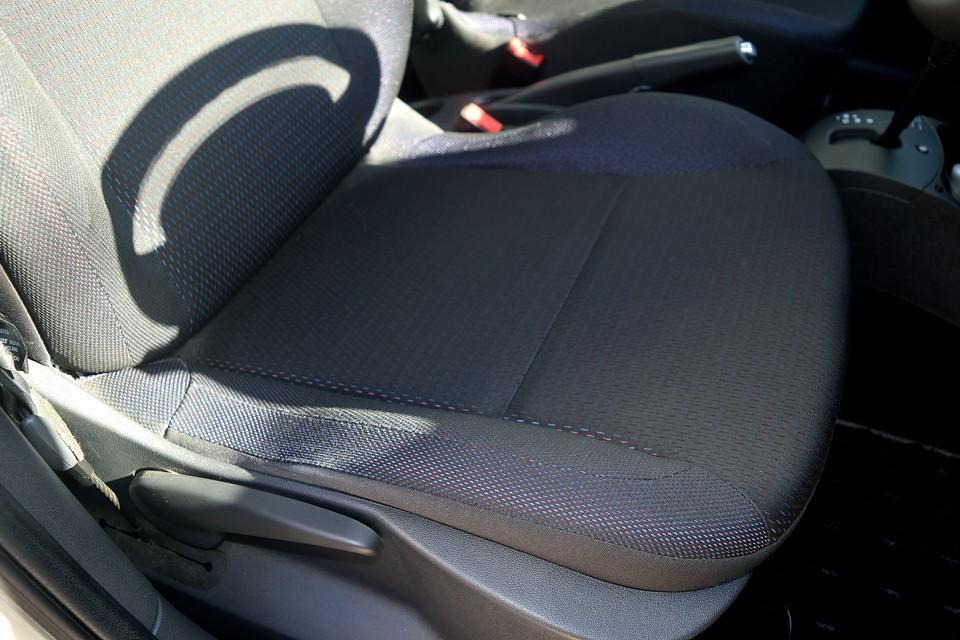 一番使用頻度の高い運転席でこの清潔感!右前あたりが変色して見えるのは光の加減です。汚れているわけではありませんので念のため。
