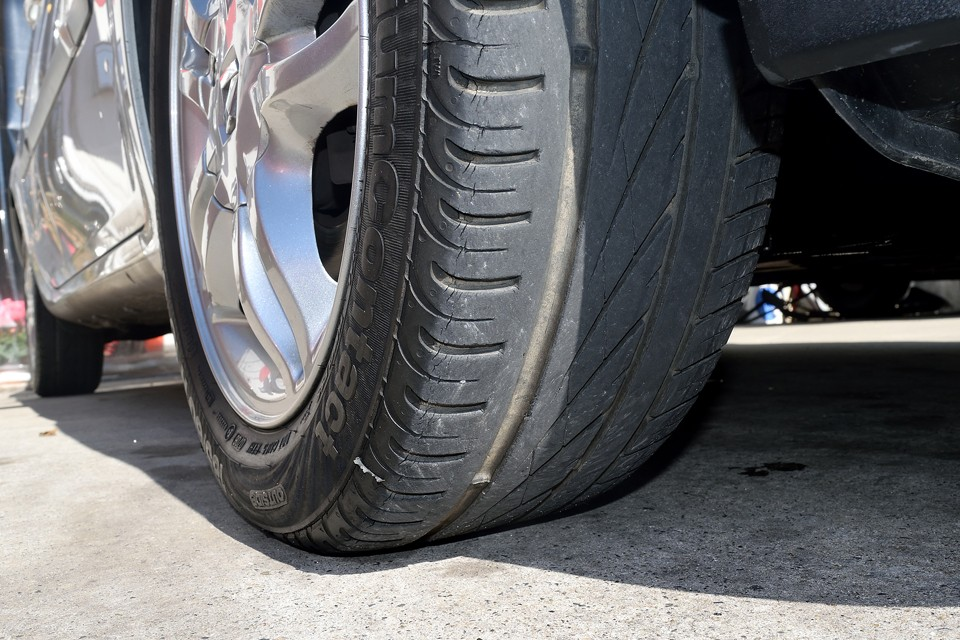 タイヤは少し古い様ですがサイドウエアのヒビや編摩耗はありません。残溝は5~6分山といったところでしょうか。