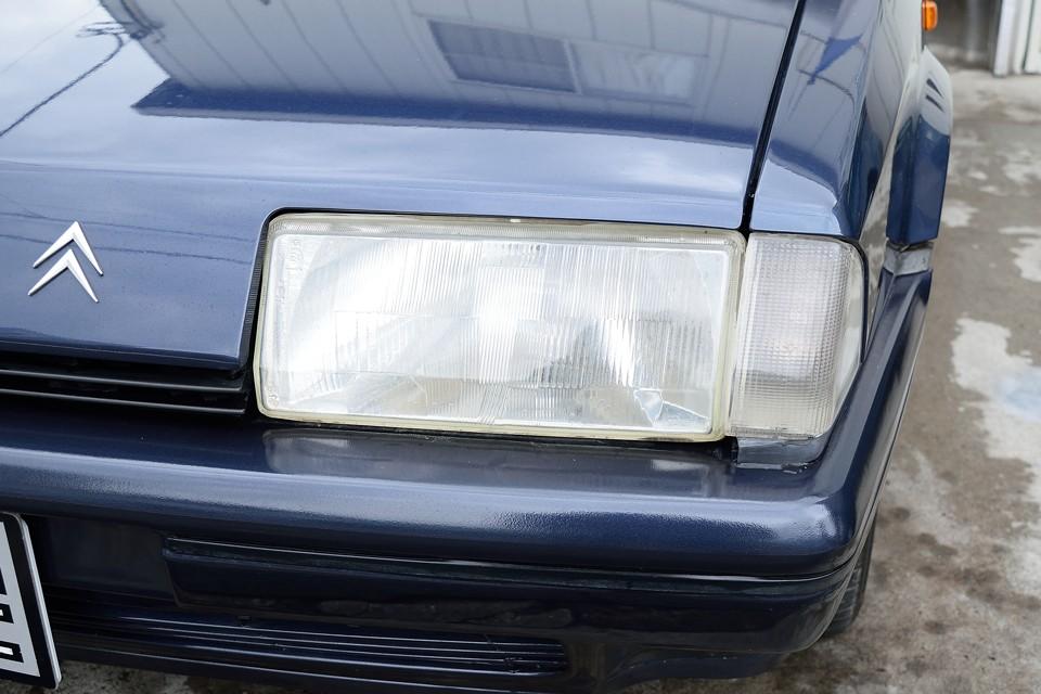 ヘッドライトはガラス製なので、くもりは無いですが、経年での内部の劣化、汚れが若干あります。でも26年経過してる事を考えれば、これは立派!