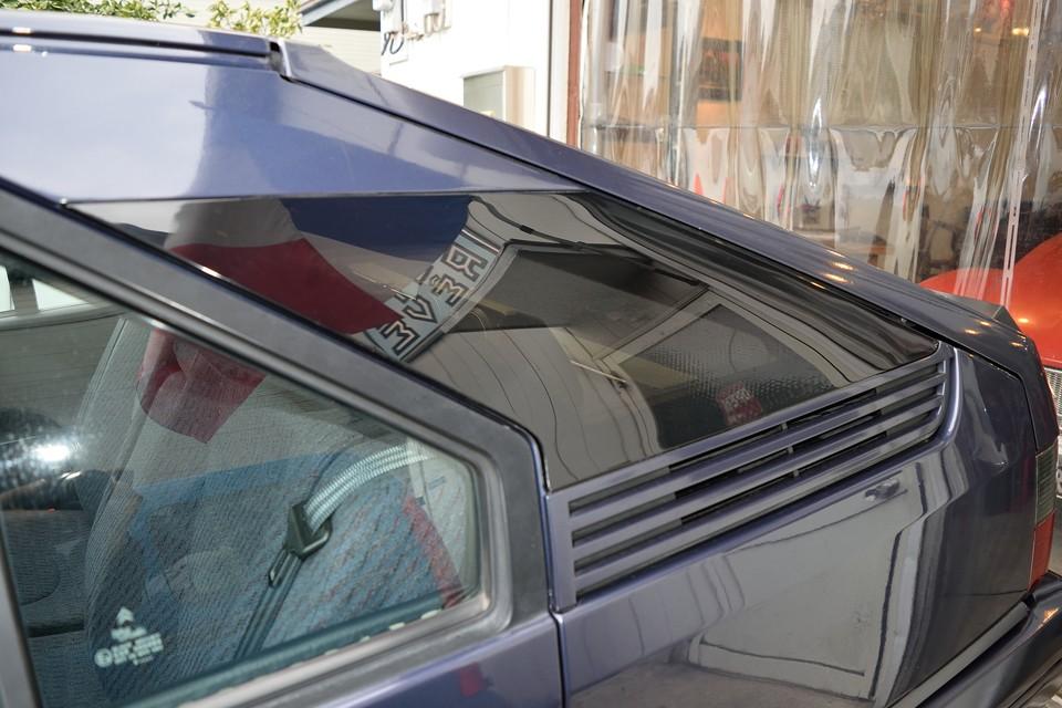 BXの弱点のひとつ、Cピラーの樹脂製ウインドウが細かなクラックで白く変色してしまいますが・・・え~、何これ!新車の試乗に行った時を思い出しました。