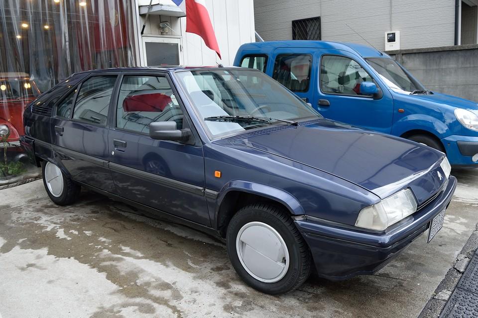 この時代、BXは西武自動車物とユーノス物がありましたが、TZSは西武自動車さんのみの販売で、しかも19TZi(1.9L、インジェクション)のATモデルが主流だったため極端に個体数は少ないのです。