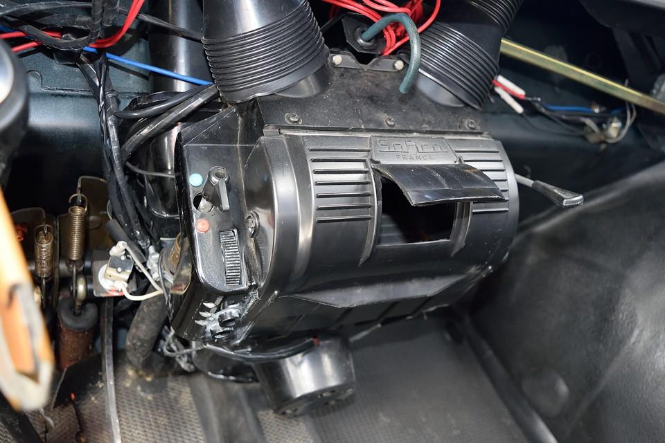 前席中央の足元に鎮座するヒーターユニット!こんな簡単な造りで、しかもRRなのにちゃんと実用レベルの性能があります!