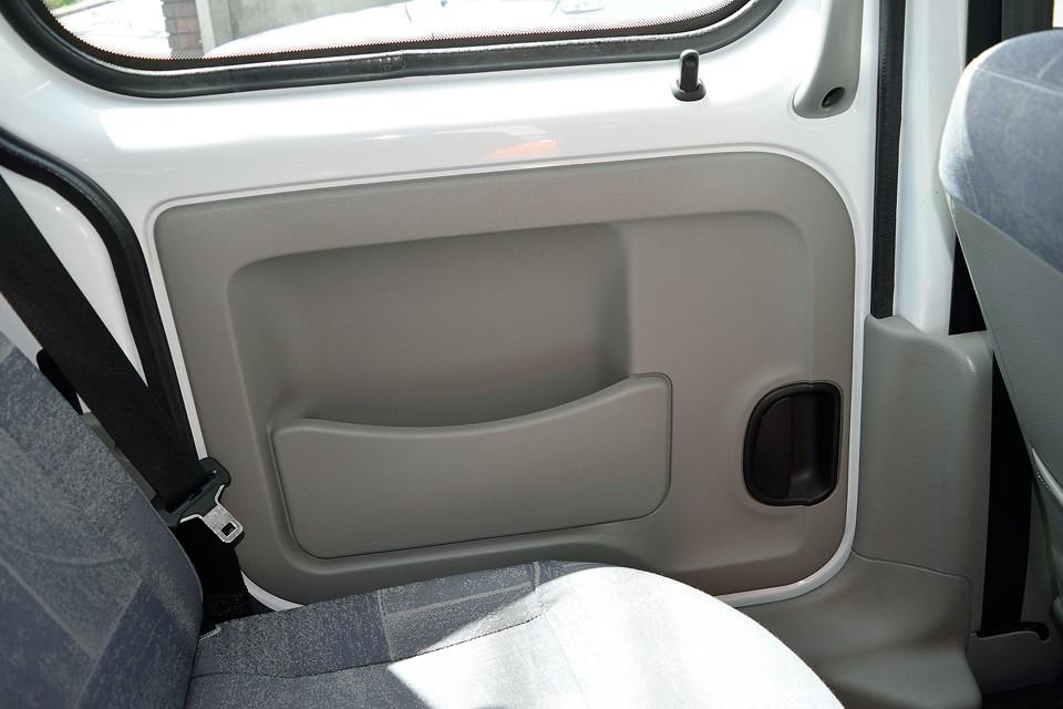 後席はほとんど使用感を感じません。内張りも汚れらしい汚れは無く、とっても清潔!