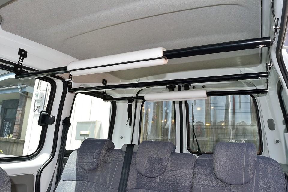 お気づきですか?後席の上部両サイドの物入れは無く、目いっぱいスペースを使えるスッキリ仕様!ちなみに現在、オーナー様によりサーフボード積載仕様になっておりますが、これは高さ調整すればフィッシングロッド積載仕様にも使えます。もちろん取り外しも可能ですので、お好みでどうぞ!