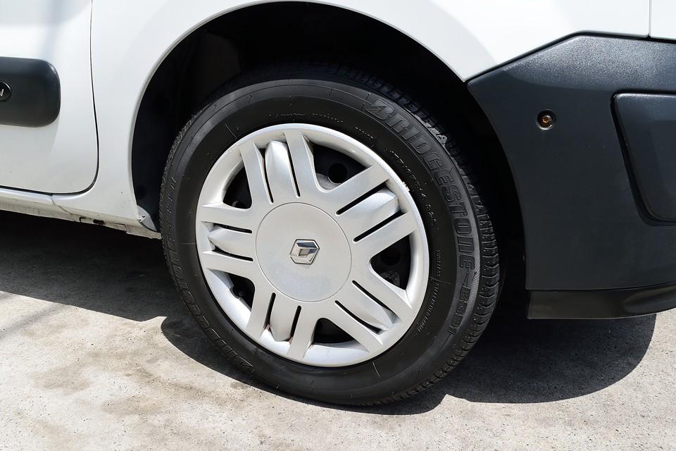 国内仕様では見かけないデザインの純正ホイールキャップは一部ガリキズあります。タイヤはまだ真新しいものが付いています。