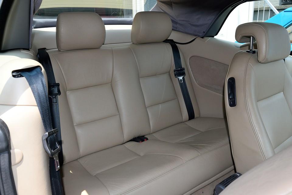 リアシートはほとんど使用感を感じない清潔な印象です。広さも大人2人がちゃんと座れるスペースを確保!