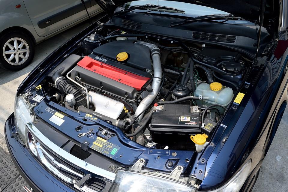 最高出力154ps/5500rpm、最大トルク22.3kg・m/3600rpmを発生する2.0L水冷直列4気筒DOHC16バルブターボエンジン。車重1440kgですので、メチャクチャスポーティーというわけではありませんが、上品なサーブには合った必要十分なバランスのとれたパワーユニット!