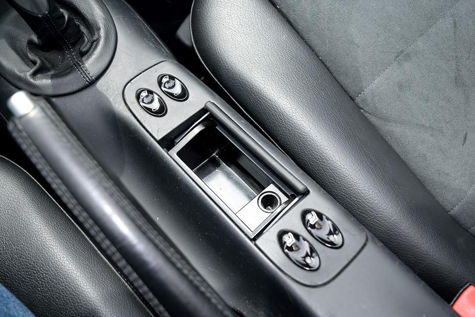 灰皿は使用した形跡も無く、タバコやペットの嫌な臭いもありません。手前のスイッチはシートヒーター!寒い時期にはうれしい装備ですね!