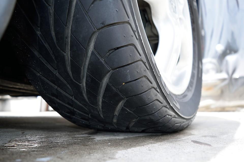 タイヤはポルシェ標準装備の高性能タイヤ、ブリジストンS-02を装着。残溝は6分山というところでしょうか。