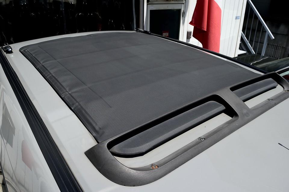 ガラスルーフは開閉しませんが、幌式のサンルーフは折りたたんで開閉可能!リアシートの上部はほぼ空(そら)になります!
