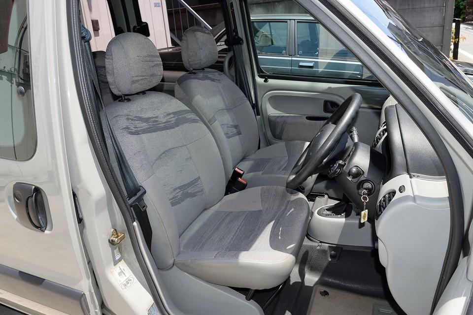 シートはご存じ、タップリフワフワのフランス車シート!もともとカングーは商用車ベースのクルマ。働くクルマにこそ、体にやさしいシートを!ってフランス流の考え方に賛成!