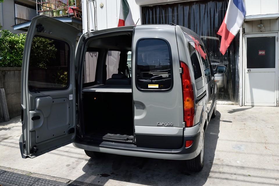 トランクは使いやすいダブルバックドア!ちょっとした荷物なら片側だけ開ければOK!