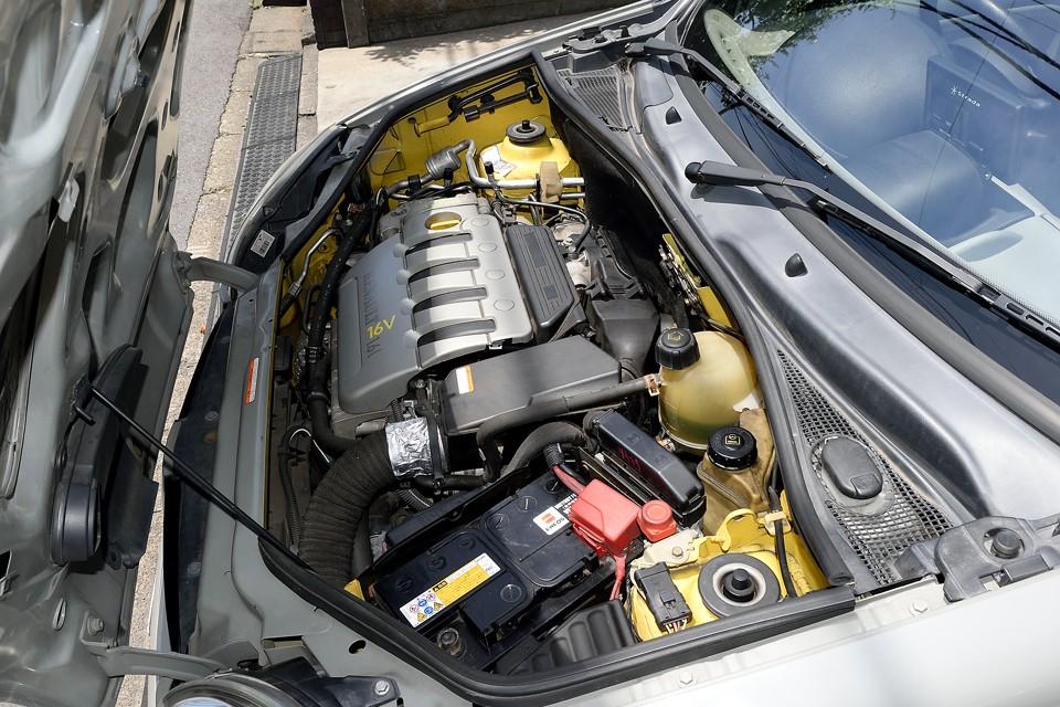 元色が唯一残っているのが、このエンジンルーム。さすがにエンジンを降ろして塗るのに掛かる莫大な費用を考えると、これは当然の判断!