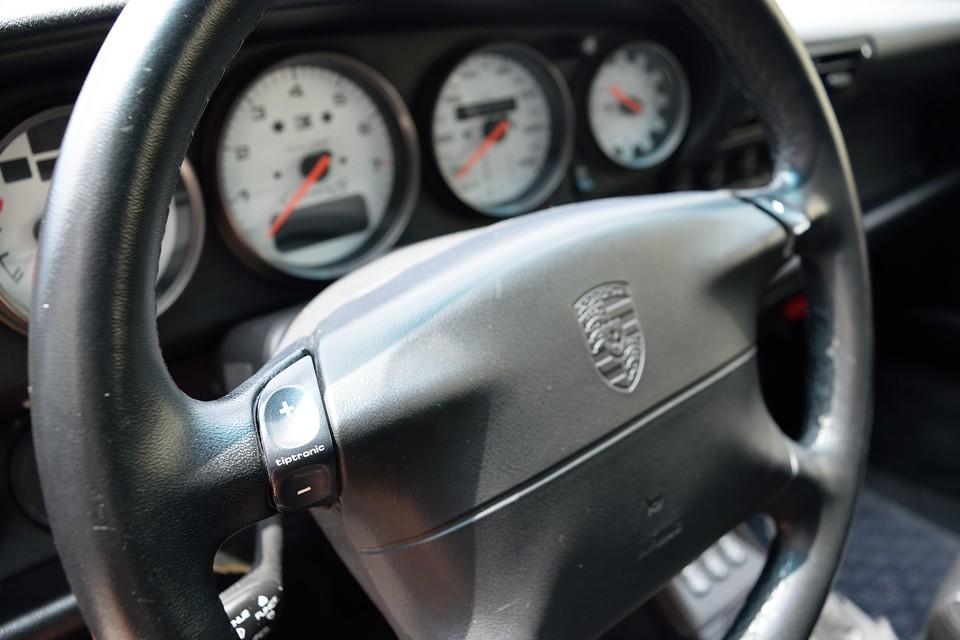ティプトロニックSにはシフトレバーでのシフトチェンジに加え、ハンドルのボタンによりシフトチェンジが可能に!現在では他車にも広く採用されているものですが、このティプトロニックSがあったからこそ。