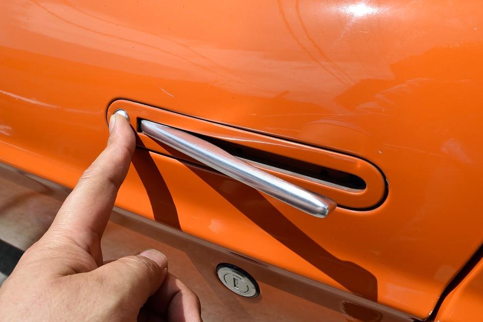 「なにしてくれてんのよぉ~!」的なドアハンドル!普段は平らで、アルミの横一文字状態なので、側面のデザインのアクセントに!ホント「なにしてくれてんのよぉ~!」(笑)