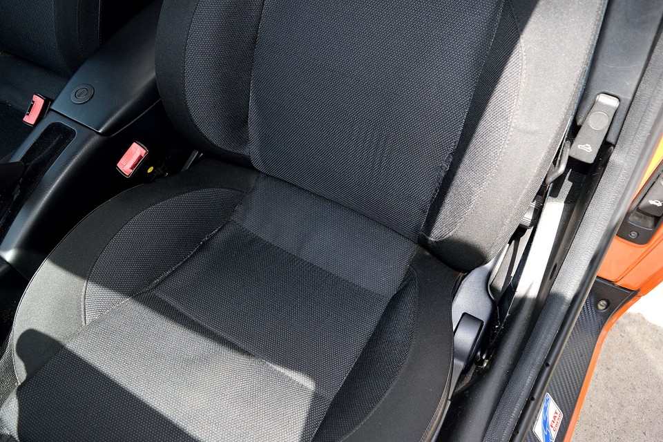 運転席のみ一部ご覧のほつれがあります。これは仕方ないところでしょうか・・・もちろんドライビングに支障はありません。
