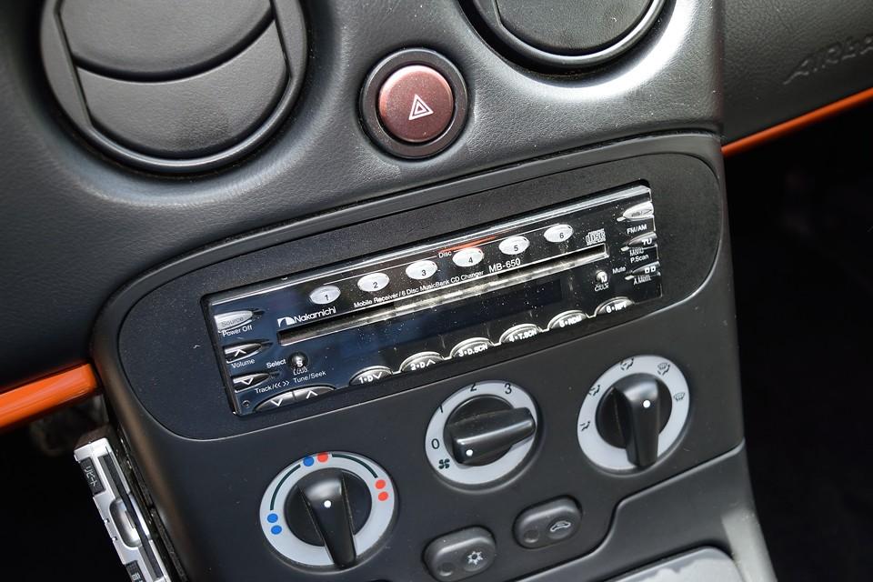 オーディオはこのサイズで驚きの6CDチェンジャー内蔵のNakamichi製デッキを装備!残念ながら外部音源の接続は出来ませんが、CDが6枚も入りますから長距離ドライブもバッチリ!