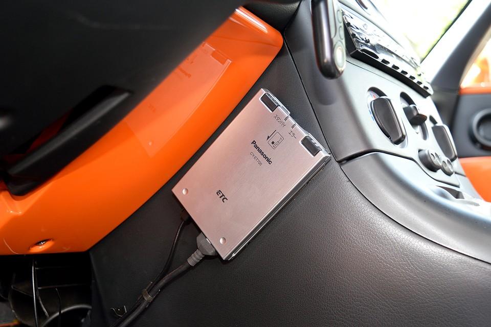 もちろんETCを装備!左ハンドルで、しかもマニュアル車には、もはや無くてはならない装備なのです。