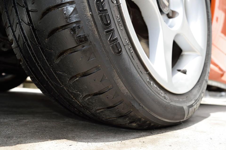 タイヤはミシュランエナジーセーバーを装着。残溝も6分山というところでしょうか、直ぐに交換の必要はなさそうです。