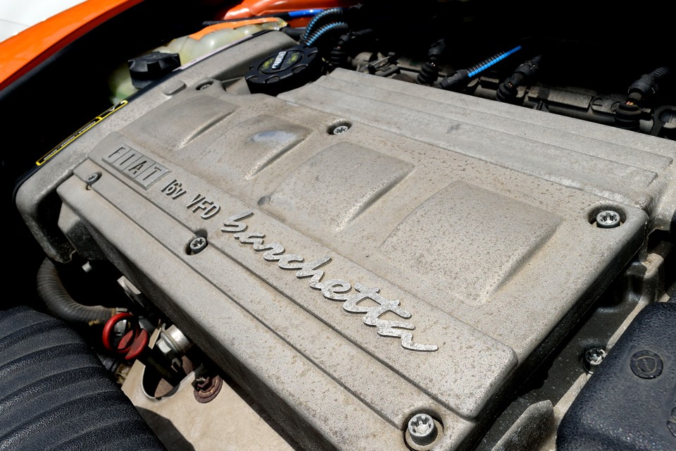 最高出力130ps/6300rpm、最大トルク16.7kg・m/4300rpmを発生する直列4気筒DOHC16バルブ、1746ccエンジン!それで車重が1090kgなんですから、丁度楽しい!まさに楽しい!絶対楽しいのです~!