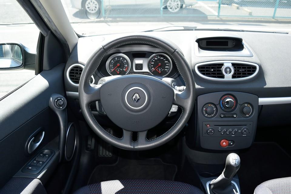 革巻きハンドルはやっぱ良いですねぇ。こんなところもドライブを楽しむための大事な要素!判ってる~!