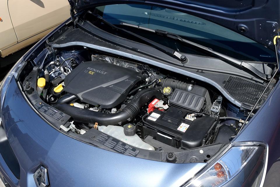 エンジンはトレンドのダウンサイジング1200ccターボエンジン! 最大出力100ps/5,500rpmと十分なパワーを発生!小さいエンジンを回して走る!まさに正しいフランス車的志向なのです!