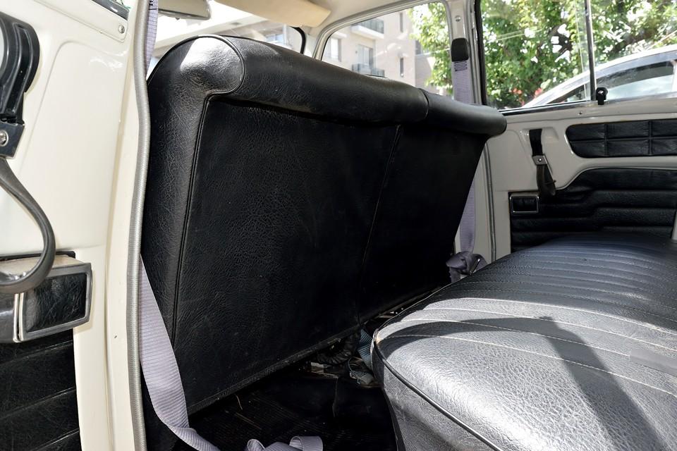 毎度感心させられるのが、このフロントシートの形状です。後席足元のスペースは確保しつつ、万一に備えて後席乗員の方クッションにもなる上端の反り。簡単な事ですが気配りが素晴らしい!当時の知恵ですね。