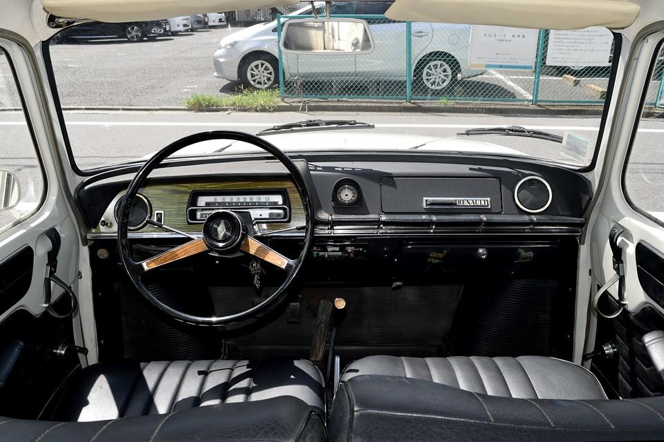 シンプルながらも何処となく品の感じられるインパネですね。8と比べても木目のメーターパネルやステアリングが上級車という雰囲気を醸し出しています。