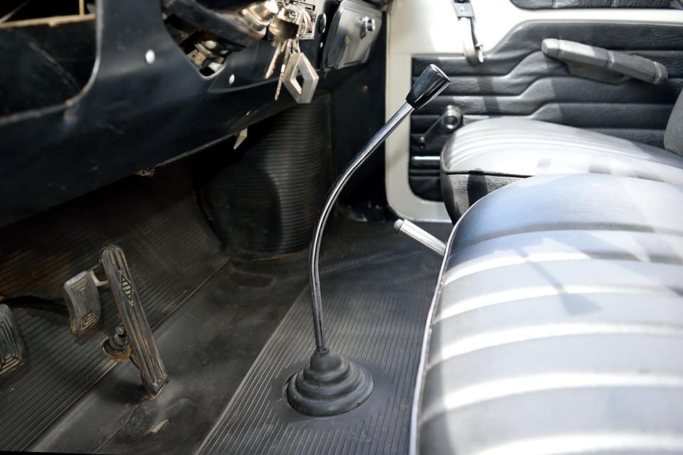 運転席に座って、まず感じるのが、このシフトレバーの存在感。平らな床から美しい曲線を描き、結構な長さて手元まで伸びるその姿は、まるで魔法の杖!