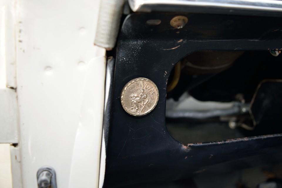 こんなところに、こんな素敵なマグネットが・・・クルマの装備では無く、前オーナー様の忘れ物(プレゼント?)ですが、こういうちょっとした喜びがあるのも直輸入車のいいところ!BON VOYAGE(ボン・ヴォヤージュ/良い旅を!)